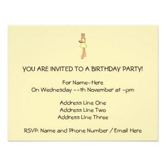 Gato lindo con la torta de cumpleaños invitaciones personales