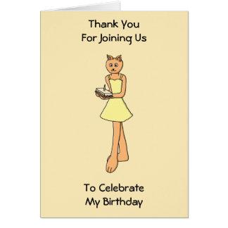 Gato lindo con la torta de cumpleaños felicitaciones