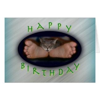 Gato lindo del feliz cumpleaños en los pies de tarjeta de felicitación