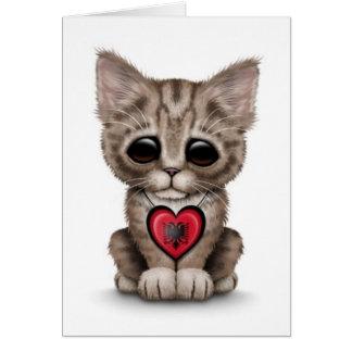 Gato lindo del gatito con el corazón albanés de la tarjeta de felicitación
