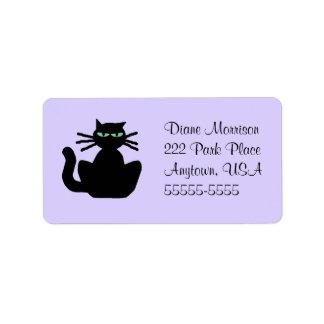 Gato negro con el fondo de la lavanda de los ojos etiqueta de dirección