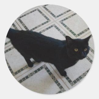 Gato negro con los ojos de oro pegatina redonda