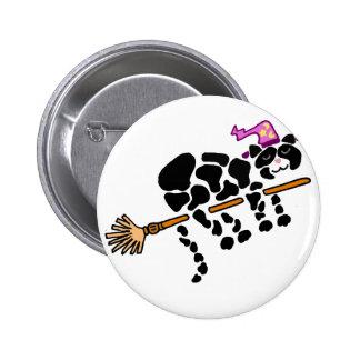 Gato negro divertido en arte mágico de la escoba chapa redonda de 5 cm