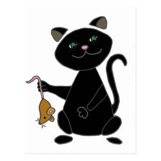 Gato negro divertido que sostiene el ratón de postal