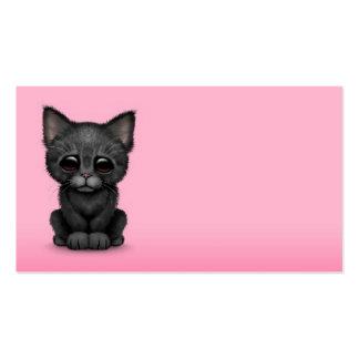 Gato negro lindo triste del gatito en rosa tarjeta de visita