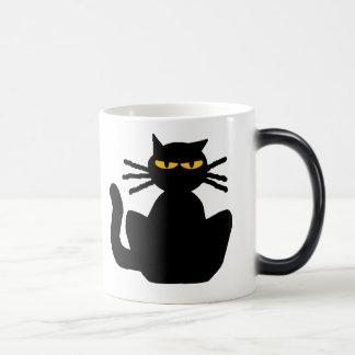 Gato negro misterioso con los ojos ambarinos taza mágica