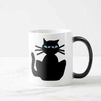 Gato negro misterioso con los ojos azules taza mágica