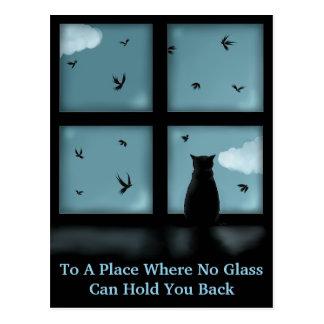 Gato negro que considera hacia fuera la ventana el postal