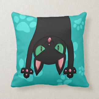 Gato negro que salta almohadas