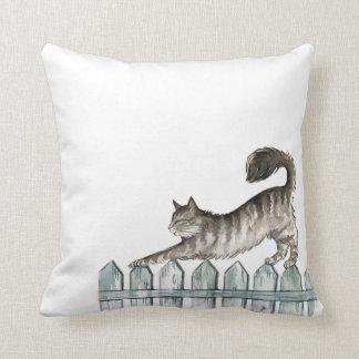 Gato que estira la almohada de tiro