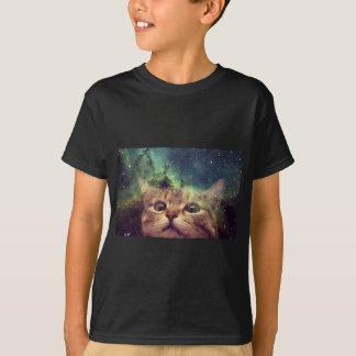 Gato que mira fijamente en espacio camiseta