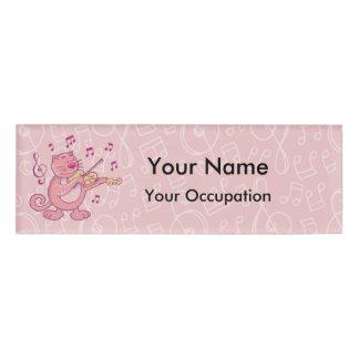 Gato rosado con la etiqueta del nombre del violín