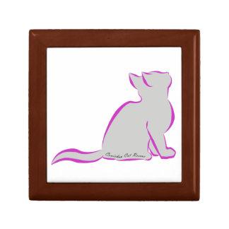 Gato rosado, terraplén gris, texto interior joyero