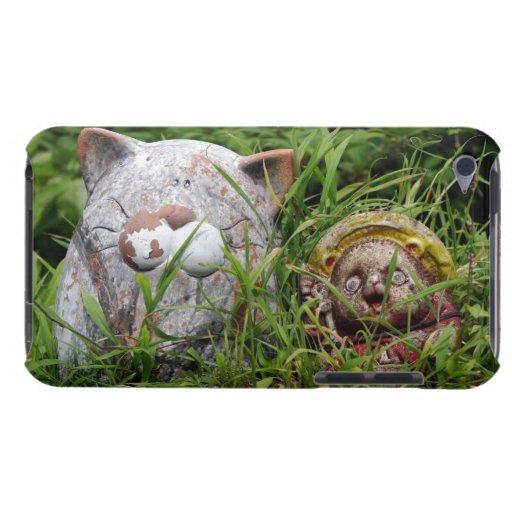 Gato y estatuas lindos de Tanuki en la hierba iPod Touch Case-Mate Protectores