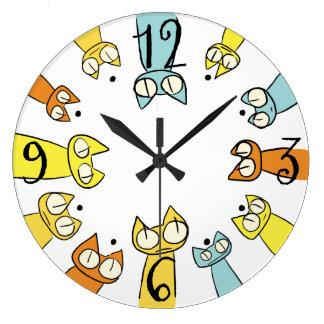 Gatos coloridos de la porción el mirar fijamente reloj redondo grande