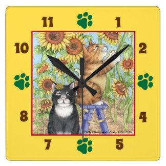 Gatos con el reloj de pared cuadrado de los