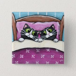 Gatos en botón de la cama