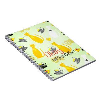 Gatos frescos con el cuaderno del café