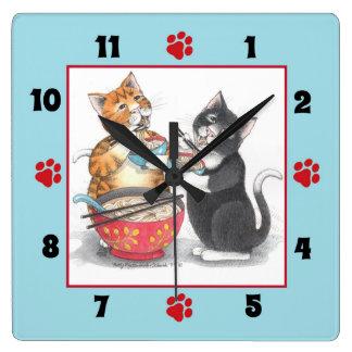 Gatos que comen el reloj de pared cuadrado de los