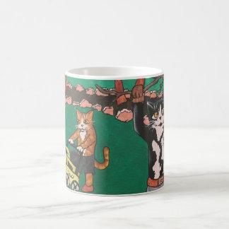 Gatos que cultivan un huerto de la primavera taza de café