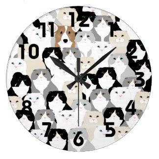 Gatos y reloj de pared de los perros
