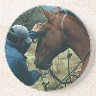 Gaucho y su caballo en los prácticos de costa de posavasos de arenisca