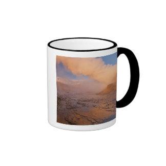 Géiser de la mosca en el desierto negro de la roca taza de dos colores