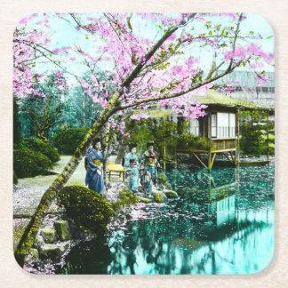 Geisha de la casa de té en los jardines de Fugetsu Posavasos Desechable Cuadrado