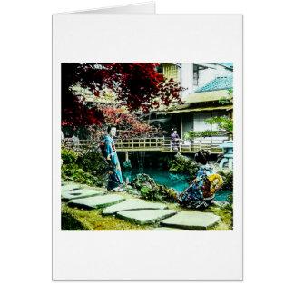 Geisha del vintage en el árbol de arce de la casa tarjeta