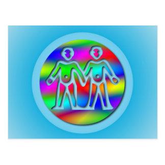 Gemelos del color del arco iris de los géminis en  tarjeta postal