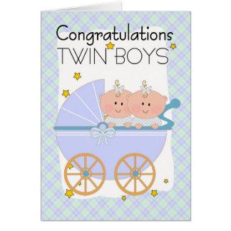 Gemelos - muchachos gemelos de la enhorabuena en tarjeta de felicitación