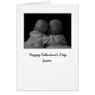 gemelos que abrazan la tarjeta del día de San Vale