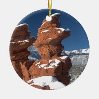 Gemelos siameses y pico de los lucios adorno navideño redondo de cerámica