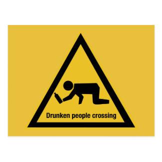Gente borracha que cruza, señal de tráfico, postal