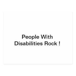 Gente con la postal de la roca de las