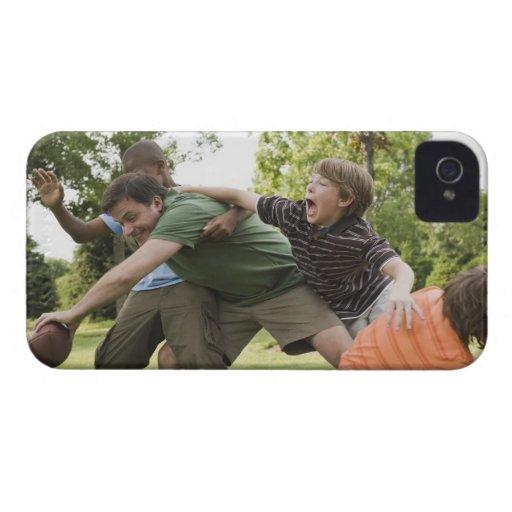 Gente que aborda mientras que juega a fútbol iPhone 4 Case-Mate coberturas