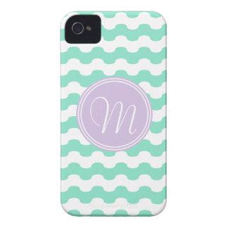 Geometría de ondas rosa en zigzag con monograma Case-Mate iPhone 4 protectores