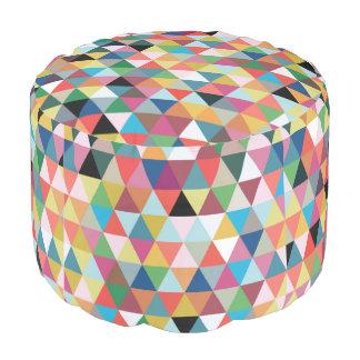Geométrico colorido modelado alrededor de taburete puf