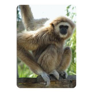 Gibbon con una mano en cuerda y una a bordo invitación 12,7 x 17,8 cm