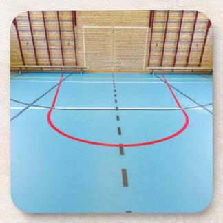 Gimnasio europeo vacío para los deportes de la posavasos