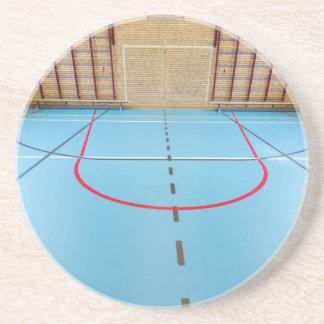 Gimnasio europeo vacío para los deportes de la posavasos de arenisca