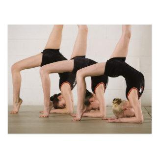 Gimnastas que presentan upside-down postal