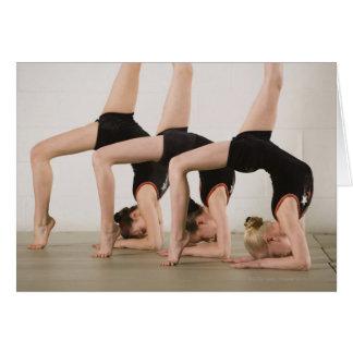 Gimnastas que presentan upside-down tarjeta de felicitación