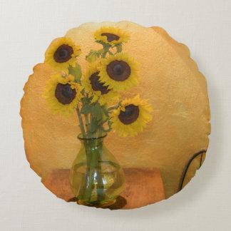 Girasoles en florero en el cuadro 2 cojín redondo