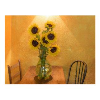 Girasoles en florero en el cuadro 2 postal