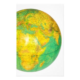Globo con la tierra del planeta aislada en blanco papelería