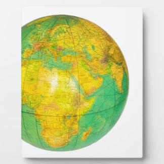 Globo con la tierra del planeta aislada en blanco placa expositora