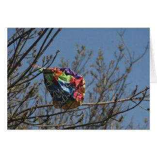 Globo en un árbol tarjeta de felicitación