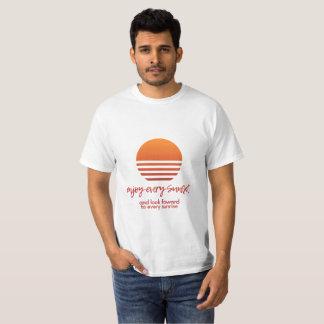 Goce de cada camiseta de la puesta del sol