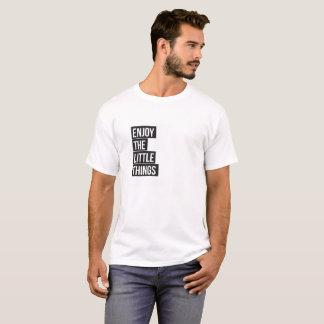 Goce de la camiseta mínima de la pequeña